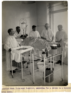 Operation_Room,_Kitchener_Hospital_Brighton,_searching_for_a_bullet_(Photo_24-7)