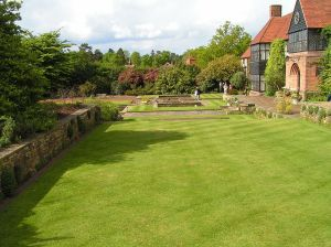 1024px-Lawns_at_Wisley